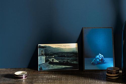 him + her blå vägg