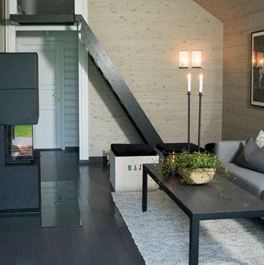 Hyttestue med peis og trapp opp til hems