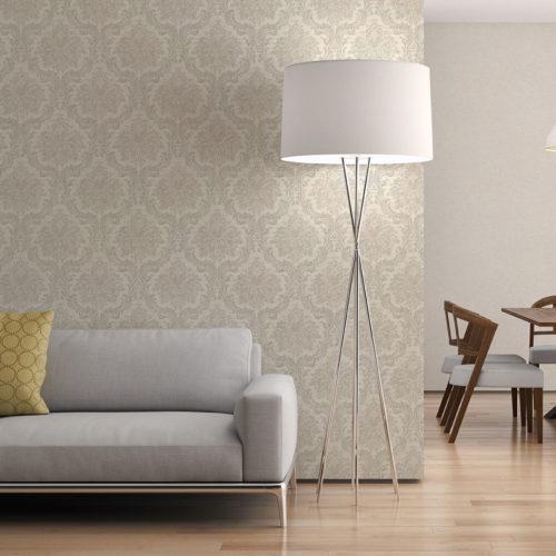 stue med grå soda og stor hvit stålampe inntil vegg med beige tapet med ornament mønster